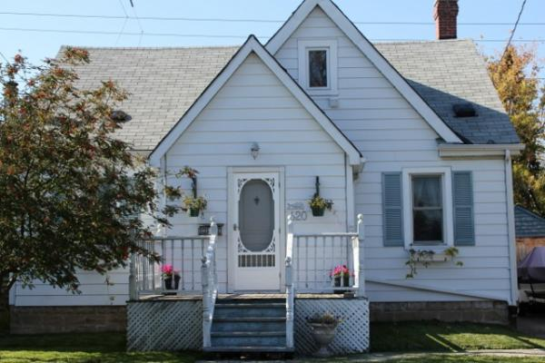 white 1.5 storey home in rosedale hamilton ontario waldi and margaret niburski www.hamiltonhomes-for-sale.com
